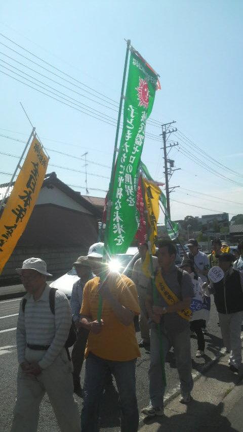 15.5.31平和行進・湖西②翻る全教旗.jpg