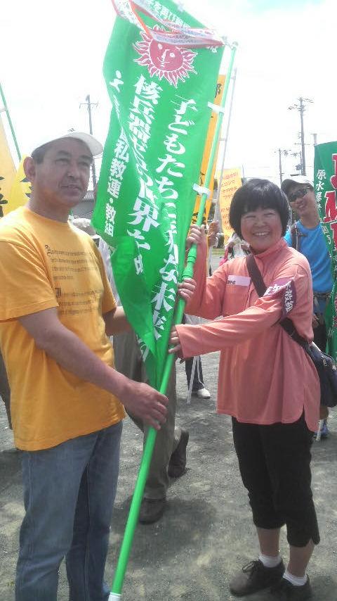 15.5.31平和行進・湖西⑧全教旗も引継ぎ.jpg