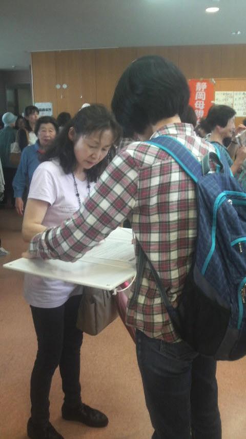15.6.21県母親大会でのえがお署名活動①.jpg