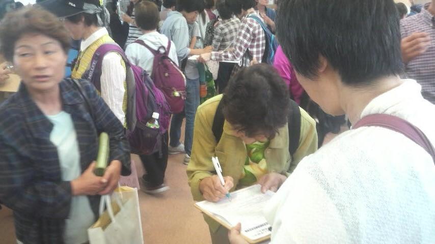 15.6.21県母親大会でのえがお署名活動③.jpg