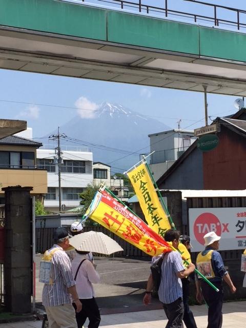 16.5.22平和行進富士宮④行進と富士山.jpg