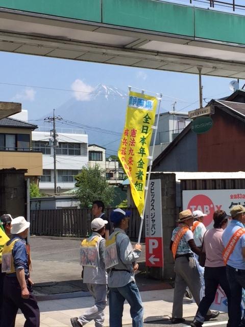 16.5.22平和行進富士宮⑤行進と富士山.jpg