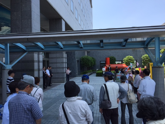 16.5.22平和行進富士宮⑧市役所前で集会.jpg