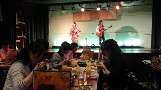 15.12.27沖縄ツアー・三線を聞きながら夕食.jpg