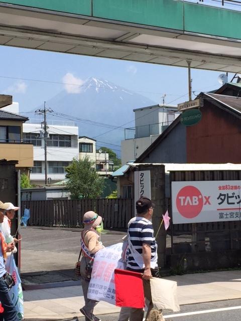 16.5.22平和行進富士宮⑥行進と富士山.jpg